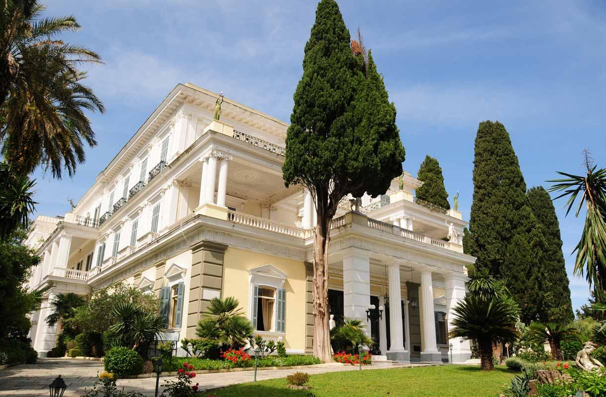 Achillionin palatsi noudattaa antiikin Kreikan teemaa.