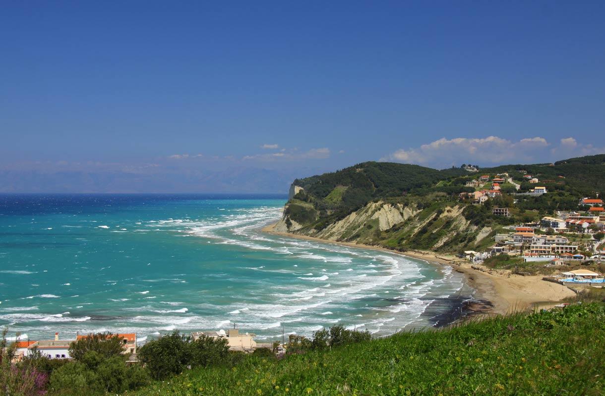 Korfun turkoosi meri ja vehreä luonto lumoavat matkailijan.