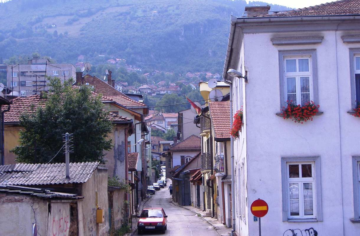 Bosnia-Hertsegovinan Sarajevon kapeita katuja.