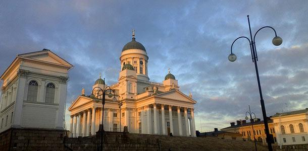 Helsingin tuomiokirkko auringonlaskun aikaan