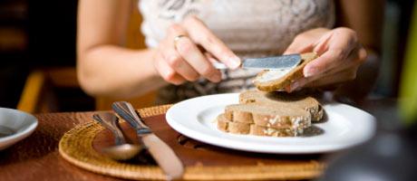 Ruisleipää lautasella ravintolassa