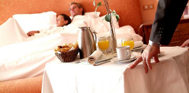 Aamiainen hotellihuoneessa