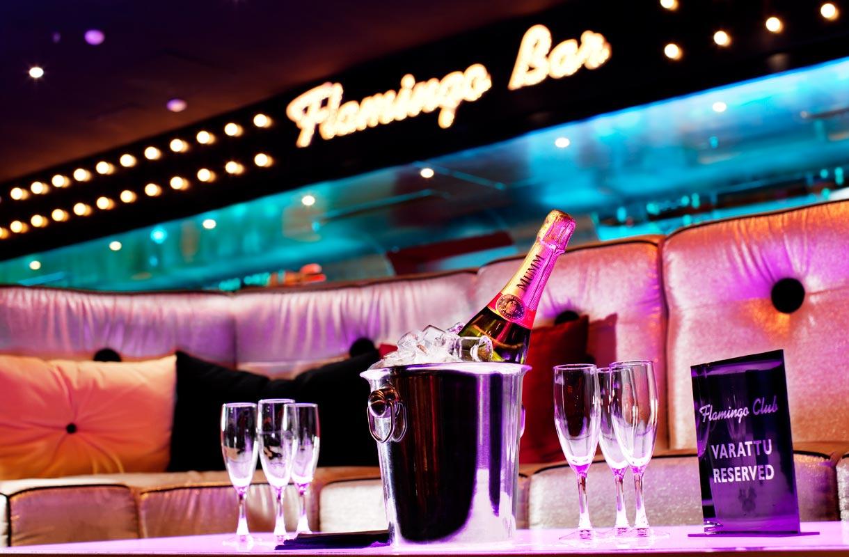 Viihdekeskus Flamingossa voi tehdä ostoksia, rentoutua kylpylässä tai nauttia ruoasta ja juomasta.