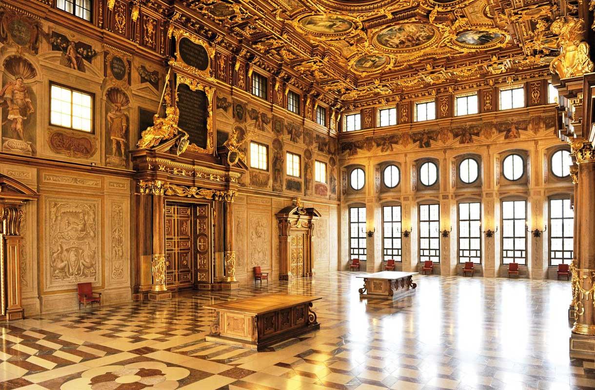Augsburgin kaupungintalon kullatut salit