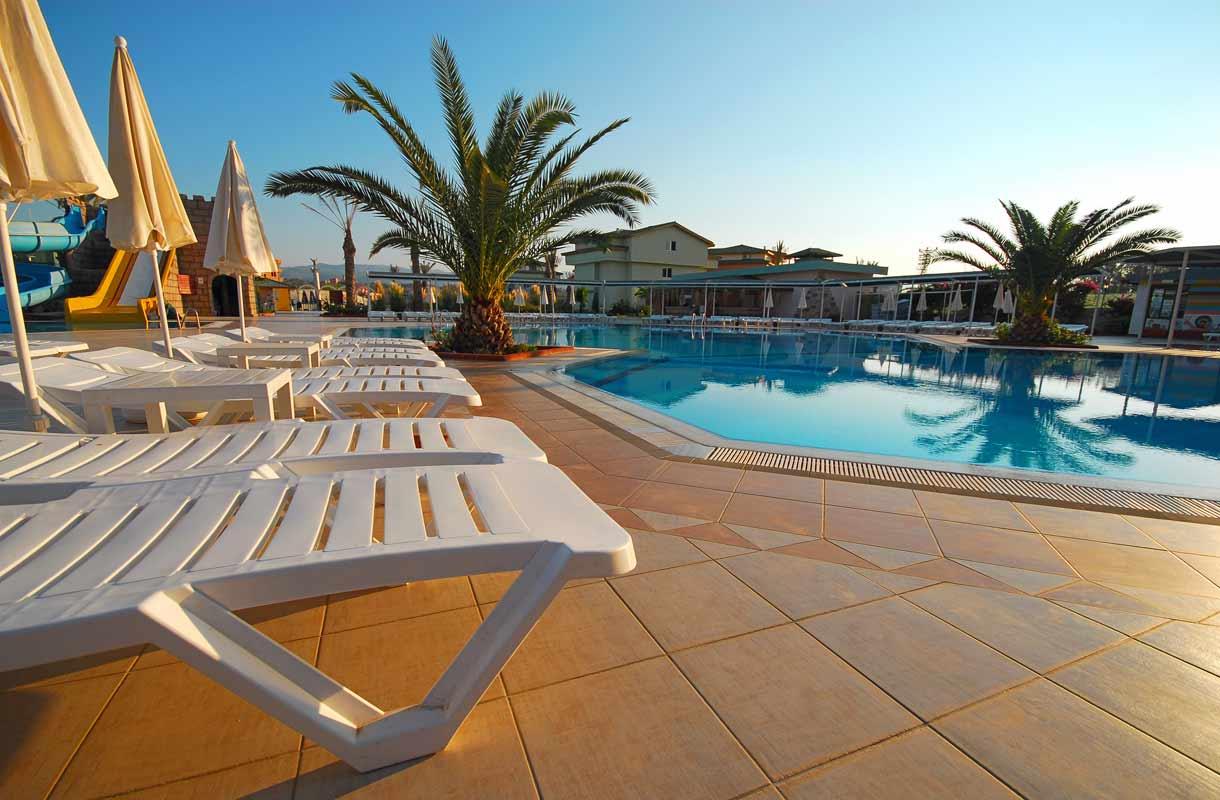 Palmut ja uima-altaat kuuluvat Espanjan-lomaan.