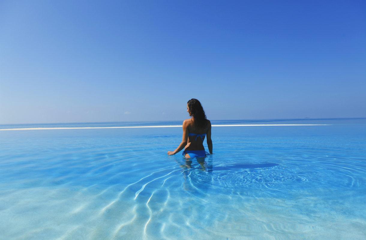 Nainen uima-altaassa Malediiveilla