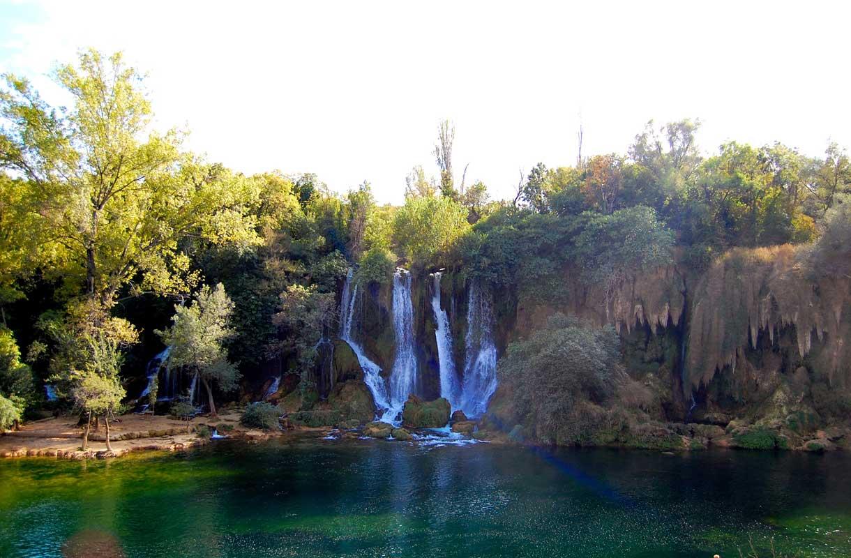 Kravicen vesiputousten vesi on viileää ympäri vuoden.