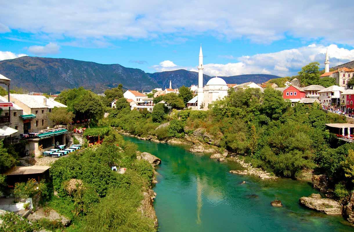 Islamilainen arkkitehtuuri ja vihreänä hohtava vesi luovat Mostarille sen uniikin ilmeen.