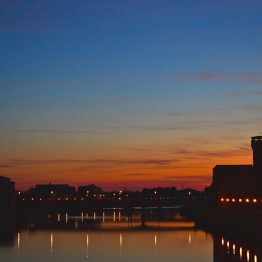 Auringonlasku Italian Pisassa.