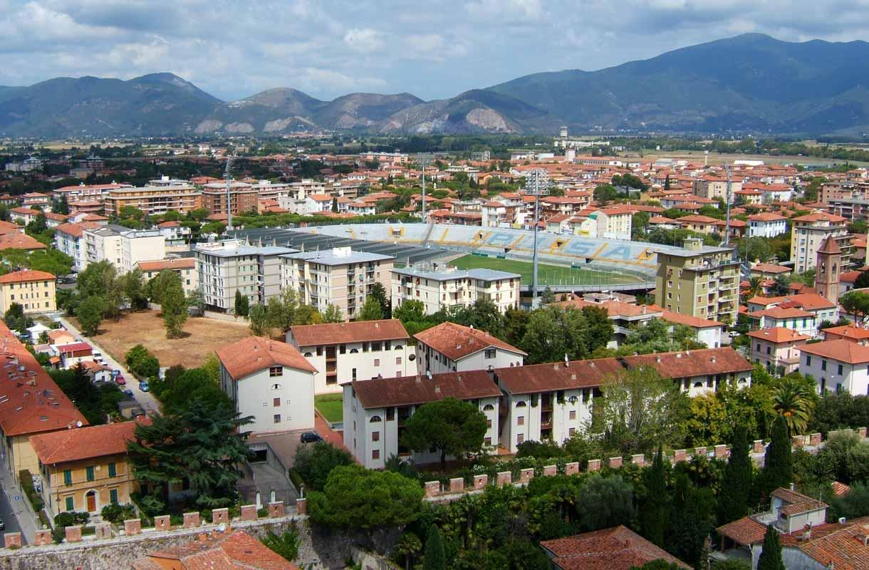 Pisan tornista voi ihailla Pisaa koko komeudessaan.