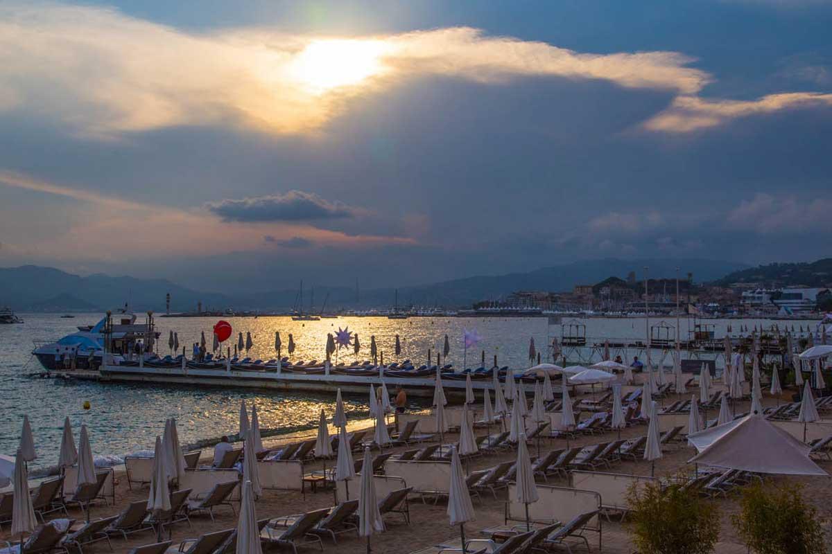 Kaunis Cannes lumoaa myös auringonlaskun aikaan.