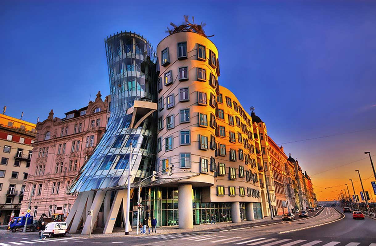 """""""Tanssiva talo"""" on yksi Prahan maamerkeistä"""