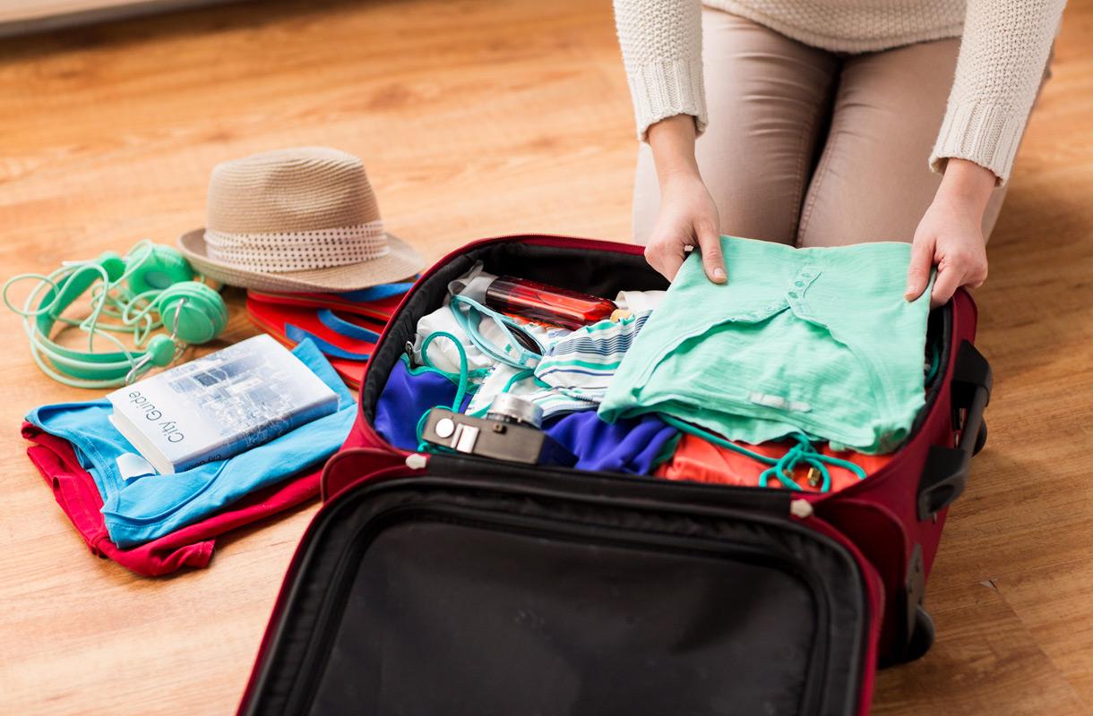 Käsimatkatavaralaukun pakkaaminen