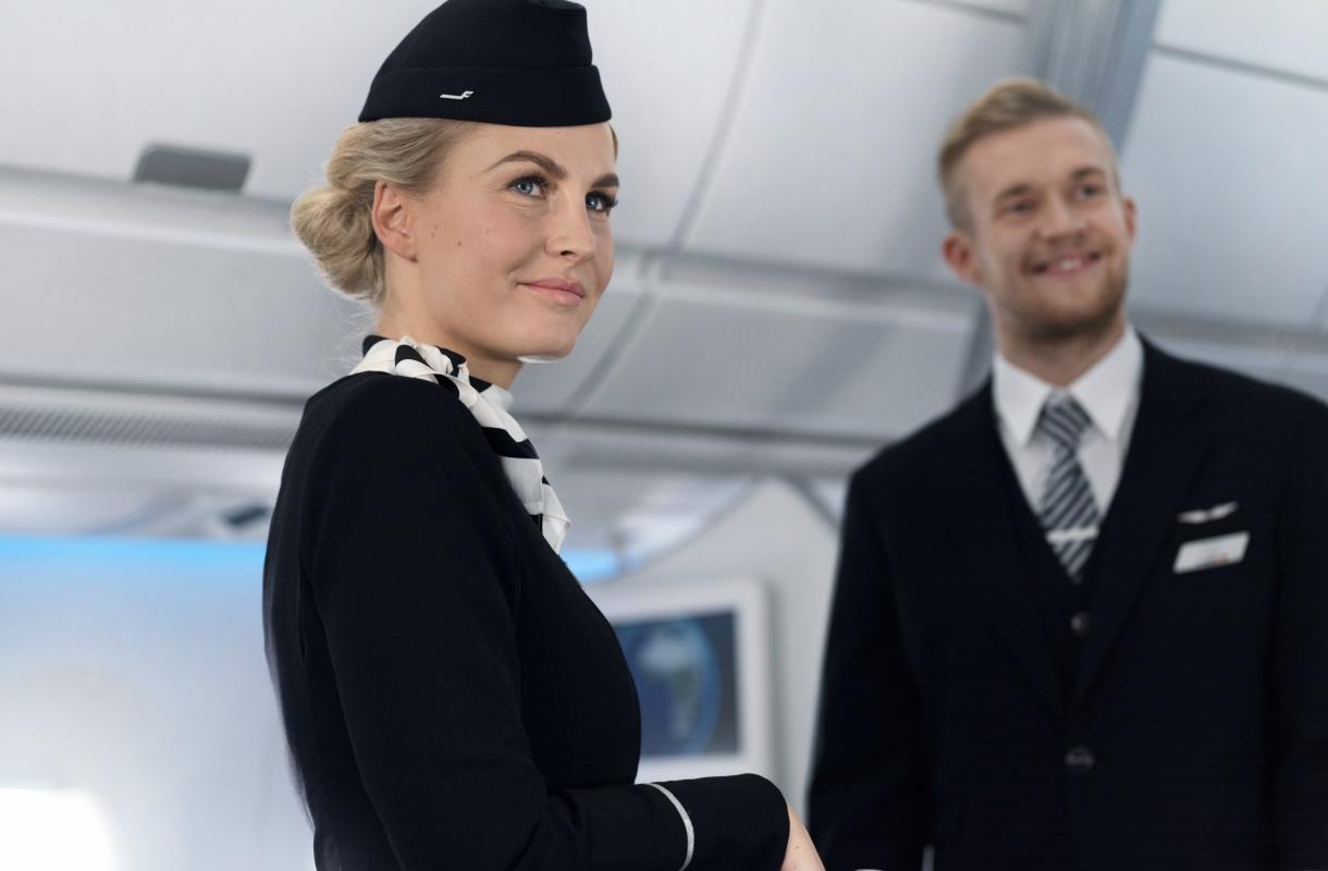 Miksi lentoemännillä on mustat nahkahansikkaat?